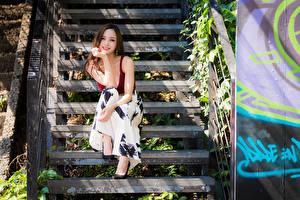 Обои Азиаты Сидит Лестницы Улыбка Рука Смотрит молодые женщины