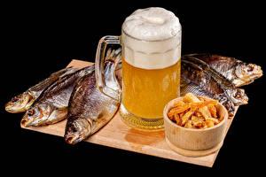 Обои Пиво Рыба Черный фон Кружка Пена Разделочная доска