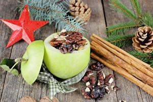 Картинки Новый год Яблоки Орехи Корица Доски Звездочки Ветвь Шишка Пища