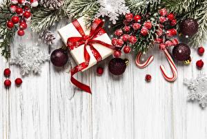 Картинка Рождество Ягоды Ветки Подарок Шарики Коробке Снежинки Шаблон поздравительной открытки