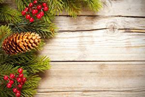 Картинка Новый год Ягоды Ветки Шишка Доски Шаблон поздравительной открытки