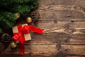 Картинки Новый год Ветвь Шарики Шишка Коробка Лента Бантик Подарок Шаблон поздравительной открытки