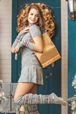 Фото Новый год Шатенка Платья Улыбка Рука Ног молодая женщина