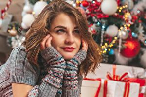 Фото Рождество Шатенки Взгляд Руки девушка