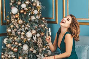 Картинки Новый год Шампанское Шатенки Счастливые Бокал Новогодняя ёлка Шар молодые женщины