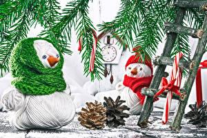 Фотографии Новый год Часы Ветвь Снеговика Шишки