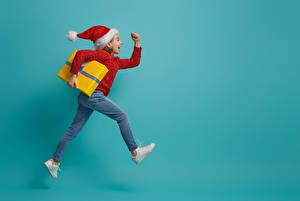 Картинка Новый год Цветной фон Девочки Шапка Подарки Бегущая Радость
