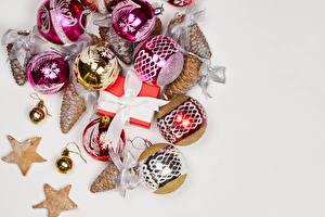 Фотографии Рождество Печенье Серый фон Подарок Шар Ленточка Бантик Шишка
