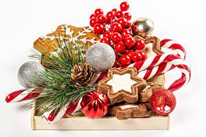 Фотография Рождество Печенье Леденцы Ягоды Белым фоном Шар Ветки Шишка Пища