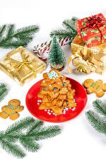 Фотографии Рождество Печенье Леденцы Белом фоне Ветвь Новогодняя ёлка Подарок Тарелке Пища