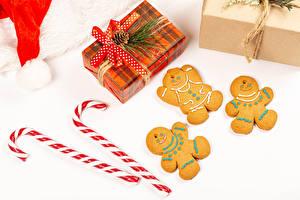 Картинка Новый год Печенье Леденцы Белом фоне Подарков Шишки Бант Еда