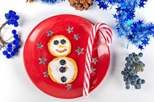 Обои Новый год Креатив Блины Леденцы Ягоды Сметана Белый фон Тарелка Звездочки Еда