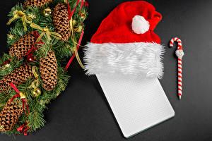 Фотографии Рождество Серый фон Шаблон поздравительной открытки Лист бумаги Шариковая ручка Ветвь Шишки В шапке Шарики