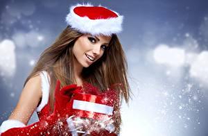 Фотографии Рождество Izabela Magier Руки Перчатки Подарков Шатенки Взгляд Улыбка Девушки