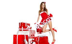Фотография Рождество Izabela Magier Белом фоне Улыбка Подарки Ноги Поза Туфли молодые женщины