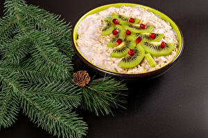 Фото Рождество Киви Гранат Овсянка Каша Серый фон Ветки Зерна Елка Продукты питания