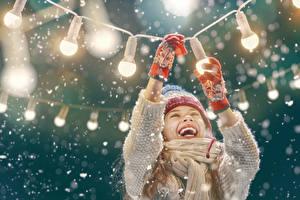 Фотографии Новый год Девочки Счастливая Гирлянда Перчатках