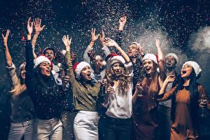 Картинки Новый год Мужчины Рука В шапке Счастливые Бокал Конфетти Девушки