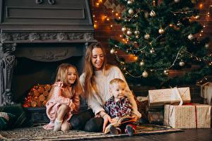 Картинка Новый год Мать Новогодняя ёлка Втроем Подарки Девочка Мальчик Гирлянда ребёнок