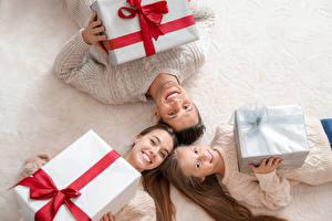 Обои для рабочего стола Рождество Мать Семья Трое 3 Девочка Подарки Улыбка Дети