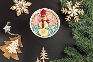 Картинка Рождество Мюсли Клубника Серый фон На ветке Новогодняя ёлка Снежинки Снеговики Дизайна Еда