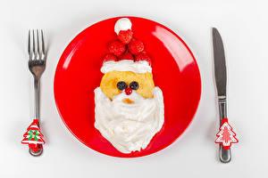 Обои Новый год Блины Нож Сметана Клубника Белый фон Тарелке Дизайн Вилка столовая Дед Мороз Новогодняя ёлка Пища