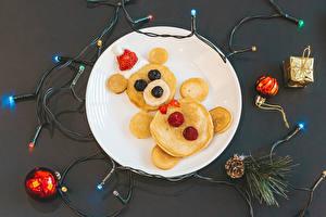 Фотография Рождество Блины Плюшевый мишка Ягоды Серый фон Гирлянда Тарелке Шишка Еда
