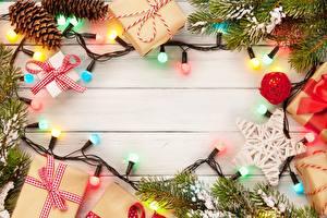 Обои Рождество Шишки Гирлянда Коробка Подарок Ветки Шаблон поздравительной открытки