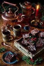 Картинки Новый год Натюрморт Свечи Чайник Пирожное Кофе Ветка Кружке Еда