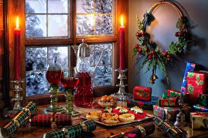 Картинка Рождество Натюрморт Свечи Вино Пирожное Ветвь Шарики Подарков Кувшины Бокалы Окна Пища