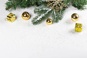 Фото Рождество Шаблон поздравительной открытки Белый фон На ветке Шар Подарок Снегу