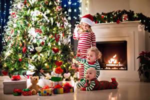 Картинка Новый год Трое 3 Мальчик Девочки Младенцы Елка Шар Сердечко Подарок Гирлянда ребёнок
