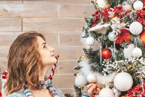 Картинки Рождество Стена Елка Шарики Шатенки Смотрят Девушки