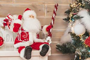 Обои Новый год Стенка Дед Мороз Бородой Шарики Униформа Новогодняя ёлка Гирлянда