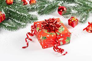 Картинки Новый год Белый фон Ветвь Шарики Снег Подарок Лента