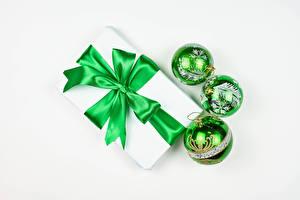 Обои Новый год Белом фоне Подарков Шар Бант Зеленая