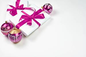 Картинка Новый год Белым фоном Подарок Шар Бант Шаблон поздравительной открытки