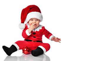 Картинки Новый год Белом фоне Грудной ребёнок Униформе Шапки Радость Шар Шаблон поздравительной открытки