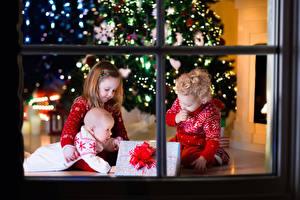 Картинки Новый год Окна Трое 3 Девочки Мальчики Младенец Подарки