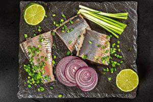 Картинка Рыба Лук репчатый Лайм Зелёный лук Разделочная доска Еда