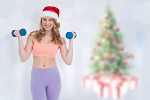 Обои для рабочего стола Фитнес Новый год Боке Шапки Улыбается Рука Гантель молодые женщины