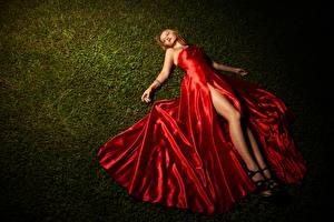 Фотографии Трава Лежачие Платье Блондинка Руки Ноги девушка