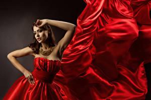Фотография Украшения Ожерелья Поза Красная Платье Руки Шатенка Девушки