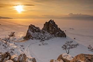 Картинка Россия Озеро Зимние Рассвет и закат Снег Горизонта lake Baikal Природа