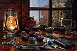 Обои Натюрморт Керосиновая лампа Пирожное Ягоды На ветке Кружка Книга Колокольчик Ложка Продукты питания