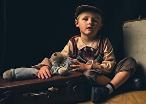 Фотография Игрушки Чемоданом Мальчишка Сидит Кепкой ребёнок