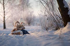 Картинки Зимние Мальчик Снега Санки Боке Сидит Природа