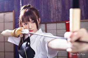 Обои Азиатки Лучники Смотрит Руки Шатенка Луком Стрела молодая женщина