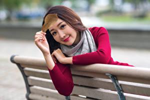 Картинки Азиатки Боке Скамья Рука Листва Смотрит девушка