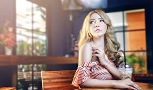 Обои Азиаты Размытый фон Блондинка Руки Взгляд молодые женщины